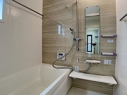 戸建賃貸-一宮市貴船1丁目 足を伸ばしてゆっくりくつろげる浴槽サイズ。滑りにくい設計でお子様とのお風呂も安心です。