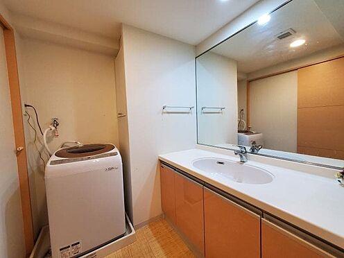 中古マンション-足柄下郡湯河原町宮上 大きな鏡、広い洗面台。これだけ広いと使い勝手も便利で良いと思います。