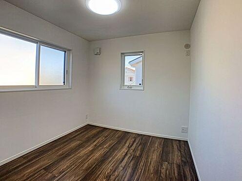 新築一戸建て-西尾市住崎2丁目 木の温もりが優しいフローリング、お子様でも楽々お掃除できますね。