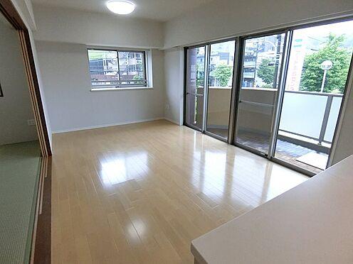 中古マンション-八王子市松木 リビングの隣には和室があり 引き戸を開けて使用が可能です