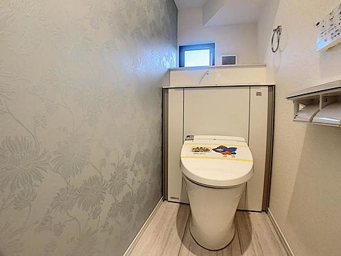 新築一戸建て-安城市今本町2丁目 収納一体型トイレ。掃除道具などを収納しスッキリとさせることが出来ます。(1階のみ)