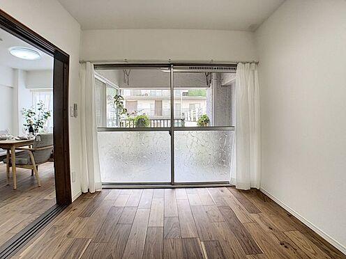 中古マンション-名古屋市名東区名東本町 リビング横に隣接した便利な洋室!扉を開放すればより広々とした空間に♪