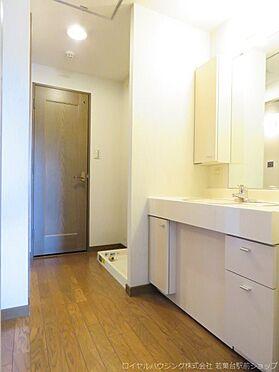 中古マンション-稲城市長峰3丁目 洗面スペース奥にはお住まいの方用のお手洗いがあり、プライベート感の高い作りとなっています。