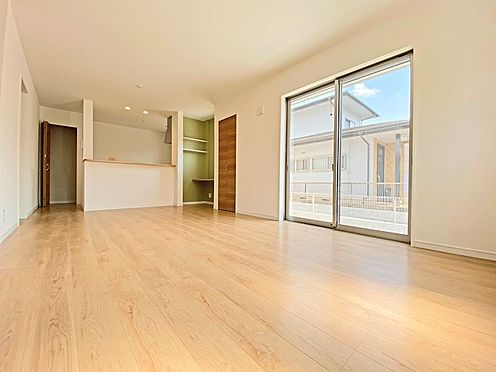 新築一戸建て-日野市西平山2丁目 16.4帖のLDK。南向きなのでいっぱい陽光を集めてくれます。