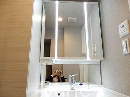 中古マンション-横浜市鶴見区市場上町 三面鏡の使いやすい洗面化粧台 お気軽にお問合せくださいませ。