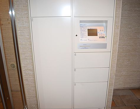 マンション(建物一部)-横浜市南区前里町3丁目 便利な宅配BOXが完備されております。小さな荷物から高さのあるものまで可能なので便利ですね。
