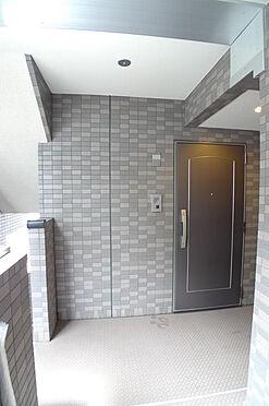 マンション(建物一部)-大田区西糀谷4丁目 共用廊下と玄関ドア
