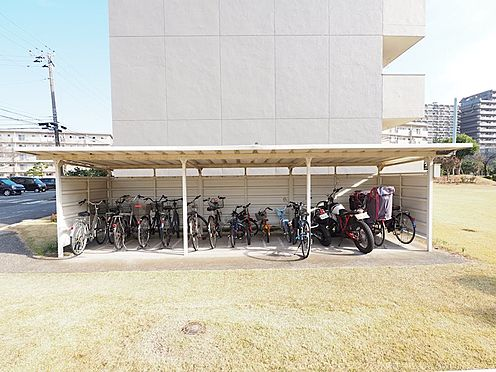 区分マンション-千葉市美浜区稲毛海岸3丁目 棟の横に広々とした自転車置場がございます!