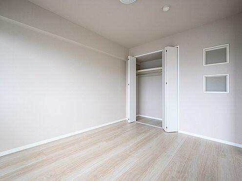 中古マンション-品川区東大井1丁目 小窓のアクセントがおしゃれです。玄関への光採りになります