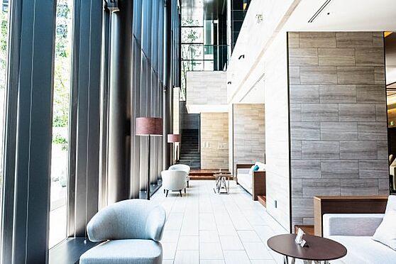 新築マンション-大阪市北区豊崎3丁目 【グランドエントランス】美術館のような気品に、緑彩の美と、エレガントな様式美が響き合う。3層吹抜け天井高約10mを誇る光輝な空間「グランドエントランス」