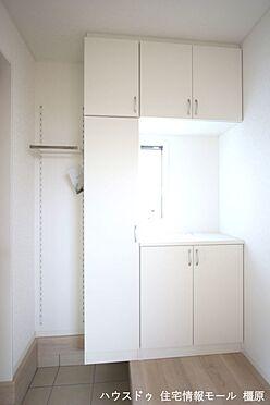 戸建賃貸-磯城郡田原本町大字千代 大容量のシューズボックスは40足程度入ります。散らかりがちな場所の整理に役立ちます