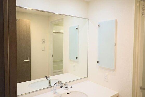 中古マンション-八王子市南大沢5丁目 下階洗面化粧台。一面大きな鏡があります。