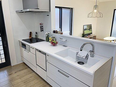 戸建賃貸-西尾市住吉町2丁目 タッチレス水栓、人造大理石一体型シンク採用でより快適なキッチン。家事の時短に食洗機付き。(同仕様)
