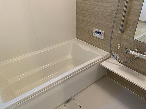 新築一戸建て-豊田市畝部東町川田 足を伸ばしてゆっくりくつろげる浴槽サイズです。滑りにくい設計で、お子様とのお風呂も安心です。