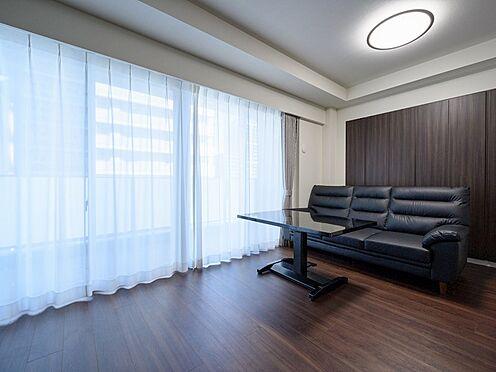 中古マンション-品川区東品川4丁目 【Living room】どこにいても陽光を感じられるように、開口のレイアウトにも配慮しています。