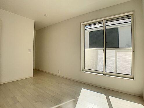 新築一戸建て-名古屋市守山区新守山 こちらのお部屋も南向きの大きな窓とWIC付きです。