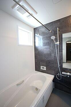戸建賃貸-桜井市大字橋本 1坪サイズのゆったりした浴室で足を伸ばしておくつろぎ下さい。ボタン一つでお湯はりや追い焚きの操作ができるオートバス機能付きです