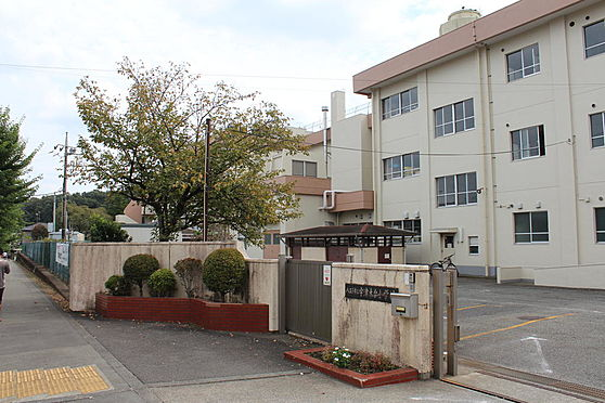 マンション(建物一部)-八王子市久保山町1丁目 住宅地に隣接した宇津木台小学校。交通量も少なく安心です。