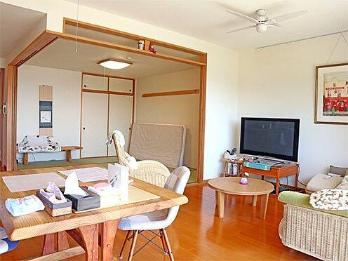 中古マンション-伊東市八幡野 〔リビング〕奥には和室がございます。