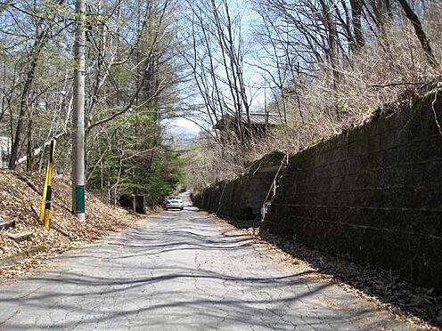 土地-北佐久郡軽井沢町大字長倉千ケ滝西区 前面道路はきれいに舗装されています。道路勾配も緩やかです。