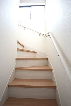 戸建賃貸-北葛城郡広陵町大字三吉 リビングを通らずに2階へ行ける配置。プライバシーも保たれ、お部屋の冷暖房効率も損ないません!手すり付きでお子様やお年寄りでも安心です。(同仕様)