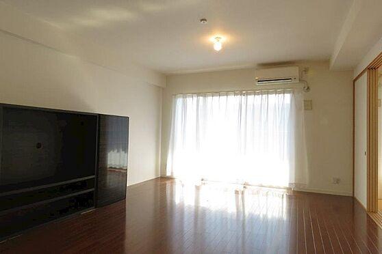 中古マンション-八王子市松木 大きな窓からは明るい日差しがリビングにそそぎます