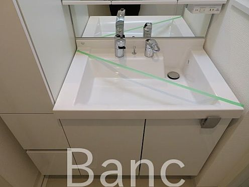中古マンション-渋谷区円山町 使い勝手のいい洗面台です照明、コンセントもついています