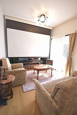 区分マンション-港区三田3丁目 室内にプロジェクターやスクリーンを設置すれば、プライベートシアターとしてお使いいただけます。