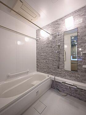 中古マンション-品川区東品川4丁目 【Bath room】浴槽横の手摺や水栓上のカウンターなど、快適な入浴を叶える設備が充実しています。