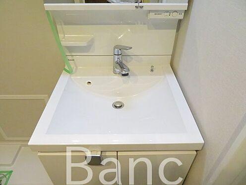 中古マンション-文京区湯島4丁目 使い勝手のいい洗面台、照明、コンセントもついています。