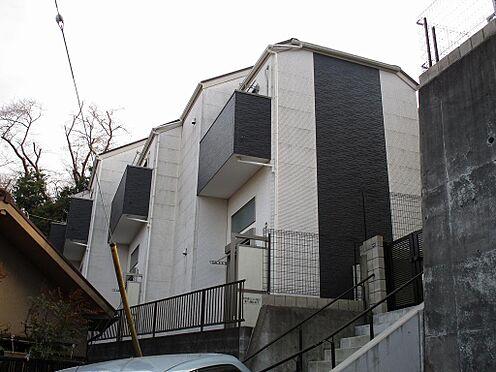 アパート-横浜市港南区最戸2丁目 モノクローム・トーン調のシンプルな外壁。