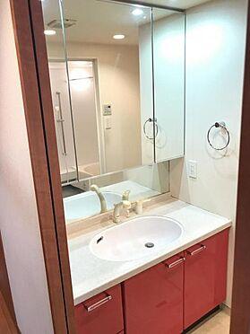 区分マンション-名古屋市西区笹塚町1丁目 一日の始まりの朝、歯磨きをしたりメイクや髪をセットしたり・・・使いやすさが考えられた3面鏡です♪シャワー付水栓で洗面台でのシャンプーや毎日の掃除に大変便利ですね♪