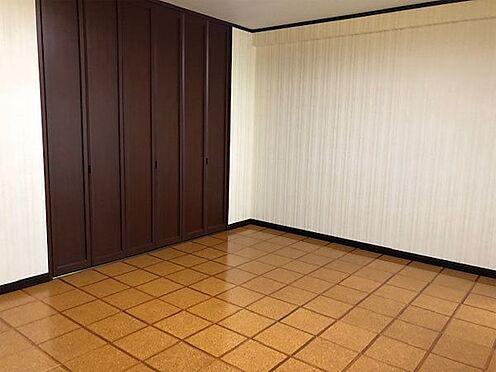 中古マンション-伊東市富戸 洋室約11.6帖、床はコルク敷きになっています。