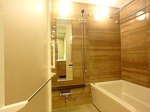 区分マンション-宇都宮市馬場通り3丁目 ■ バスルーム ■浴室乾燥付きの1418タイプのバスルームは、白とブラウンの清潔感のあるデザインです。縦鏡があるので、体型チェックもできそう♪※写真は空室時のものです