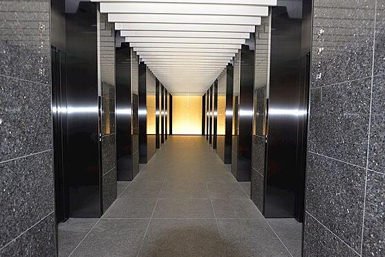 中古マンション-中央区勝どき5丁目 エレベーターホール。幻想的な空間です。低層階・中層階・高層階用に分かれています。全階用含む14基。