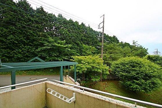 中古マンション-田方郡函南町平井 バルコニーから外を覗くと、駐車場へすぐに出れることが分かります。犬の散歩等出入り便利です。