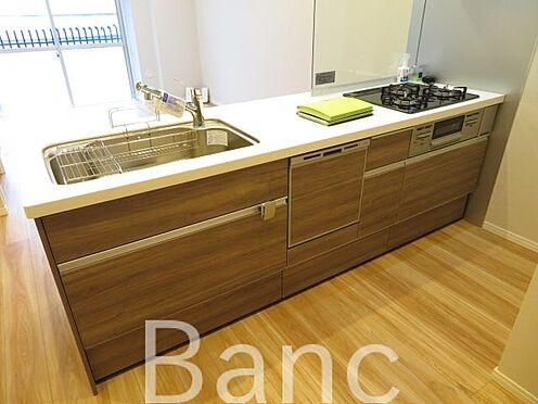 中古マンション-墨田区亀沢2丁目 食器洗浄機付きシステムキッチン。3口ガスコンロ、グリル付きでお料理も捗りますね。カウンターキッチンでリビング全体見渡せます。