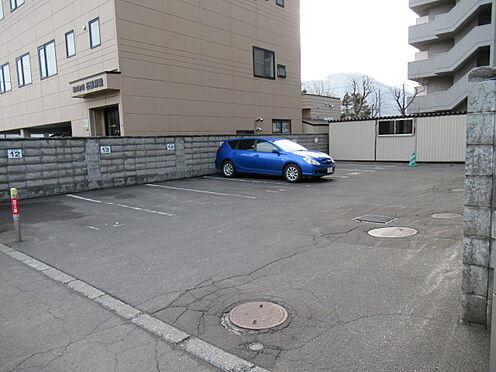 区分マンション-札幌市豊平区中の島一条7丁目 マンション内駐車場の写真になります。