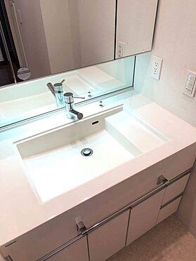 中古マンション-名古屋市中区松原2丁目 三面鏡付きの洗面台!収納棚もあるのでバスタオルなどの置き場確保にも使えます!