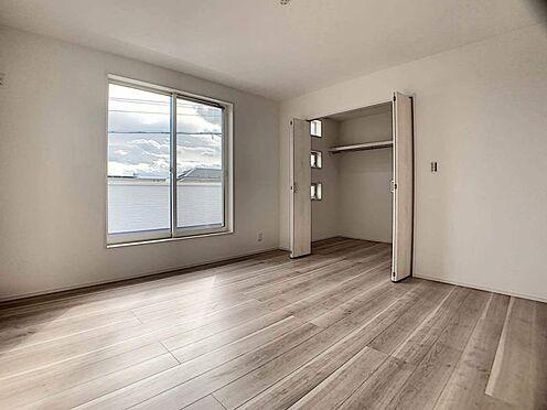 新築一戸建て-豊田市千足町1丁目 暖かな日差しが入り込む洋室です。各居室に収納あり!