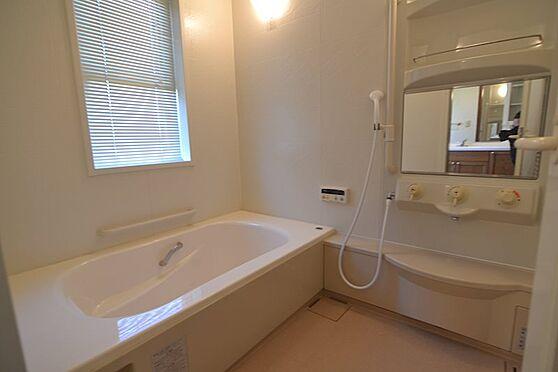 中古一戸建て-稲城市長峰2丁目 1F窓があり白を基調とした生活感のある浴室。