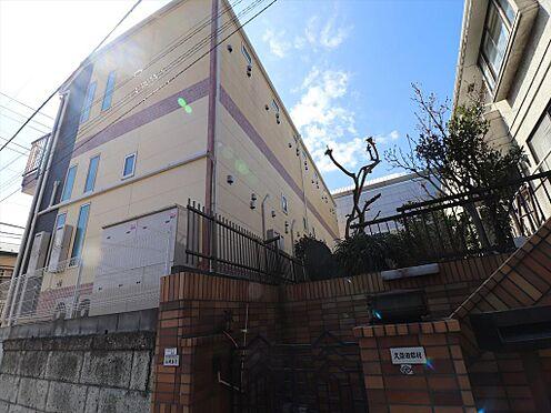 アパート-横浜市鶴見区東寺尾1丁目 後ろから見た様子。ロフト部分には小窓付です。隣家との距離も程良く開いています。