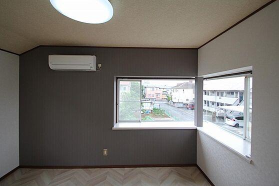 戸建賃貸-熊谷市江南中央3丁目 2階東側洋室の角が出窓になってます、壁ワンポイントクロスもオシャレですね。