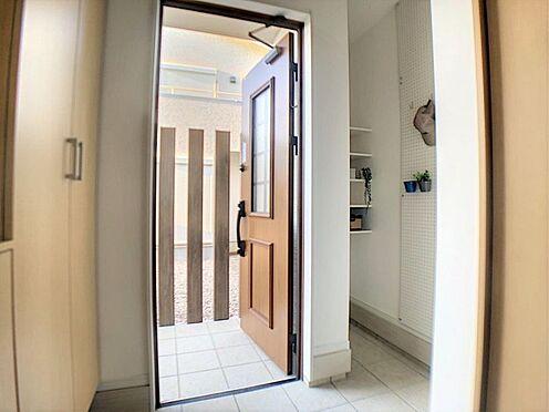 新築一戸建て-西尾市今川町一本松 タイル張りの玄関。玄関横にスペースがあり、ゴルフバッグやお子様の自転車を置くこともできます。