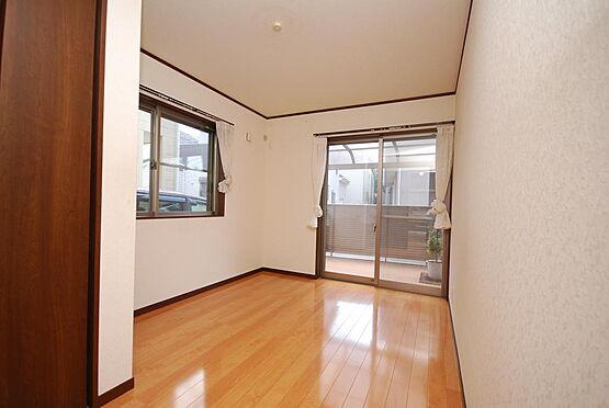 店舗付住宅(建物全部)-さいたま市北区日進町3丁目 1階の居室です。2面採光でとても明るいです。ウッドデッキに直接出ることが出来ます。