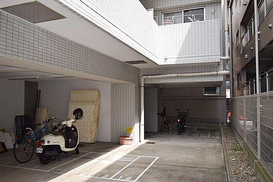 マンション(建物一部)-横浜市南区前里町3丁目 自転車置き場、及びバイク置き場です。こちらは屋根があるので雨でも安心ですね。