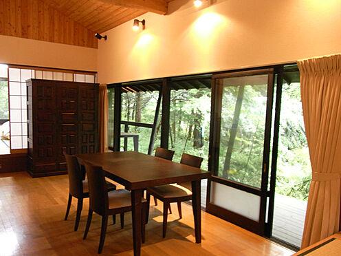 中古一戸建て-北佐久郡軽井沢町大字長倉 リビングの様子です。家族の団欒やくつろぎのスペースとしてご利用いただけます。