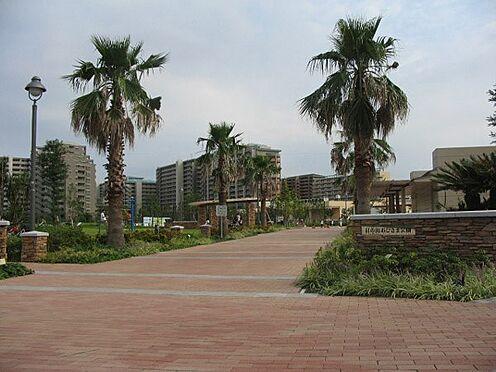 中古マンション-浦安市日の出2丁目 5,000m2と広い敷地の『日の出おひさま公園』。スポーツ広場や噴水、遊具が設置された広場があります。