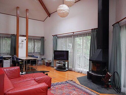 戸建賃貸-北佐久郡軽井沢町大字軽井沢 リビングルームは、ご家族みなさんでゆったりできる大きさです。