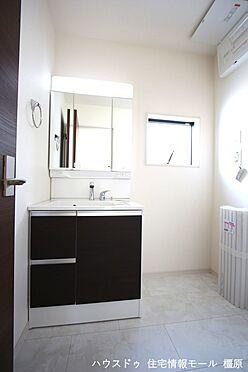戸建賃貸-磯城郡田原本町大字阪手 大型の洗濯機も無理なく設置できる広さを確保。洗面台は便利なシャワー付きです。